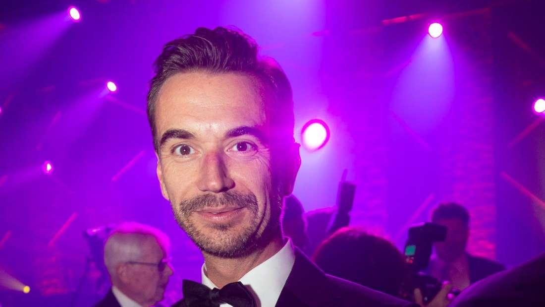 Florian Silbereisen im schwarzen Anzug mit Fliege bei einer Preisverleihung.