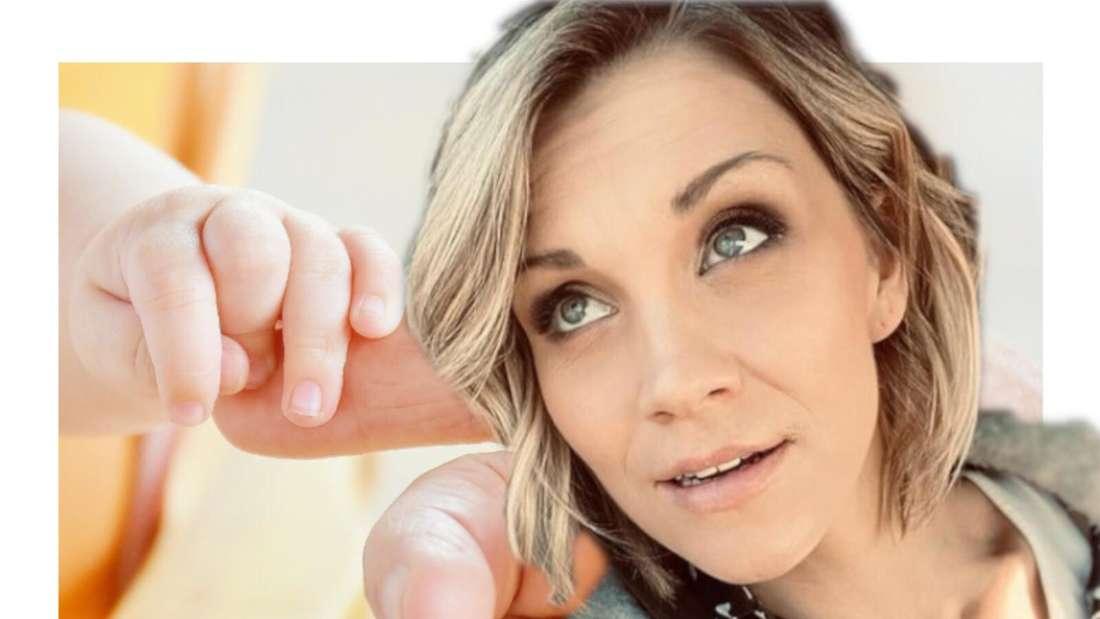 Anna-Maria Zimmermann schaut auf eine Baby-Hand, die nach einem Finger greift. (Fotomontage)