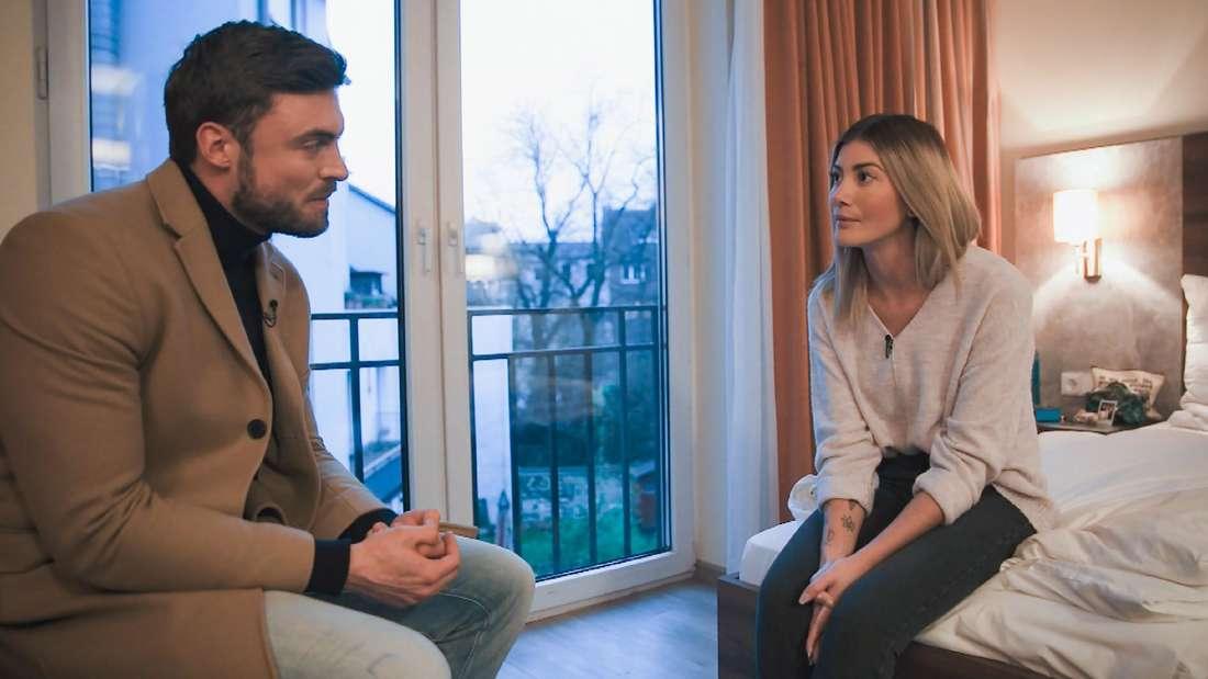 Bachelor Niko Griesert teilt Kandidatin Stephie mit, dass er sich doch gegen sie entschieden hat