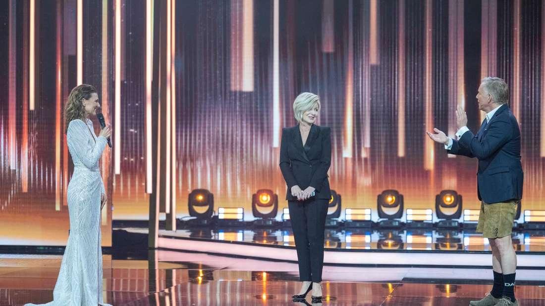 Ella Endlich und Johannes B. Kerner beklatschen Carmen Nebel in ihrer TV-Show