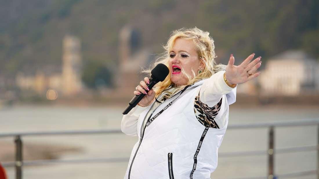 Claudia Haas singt in Folge 8