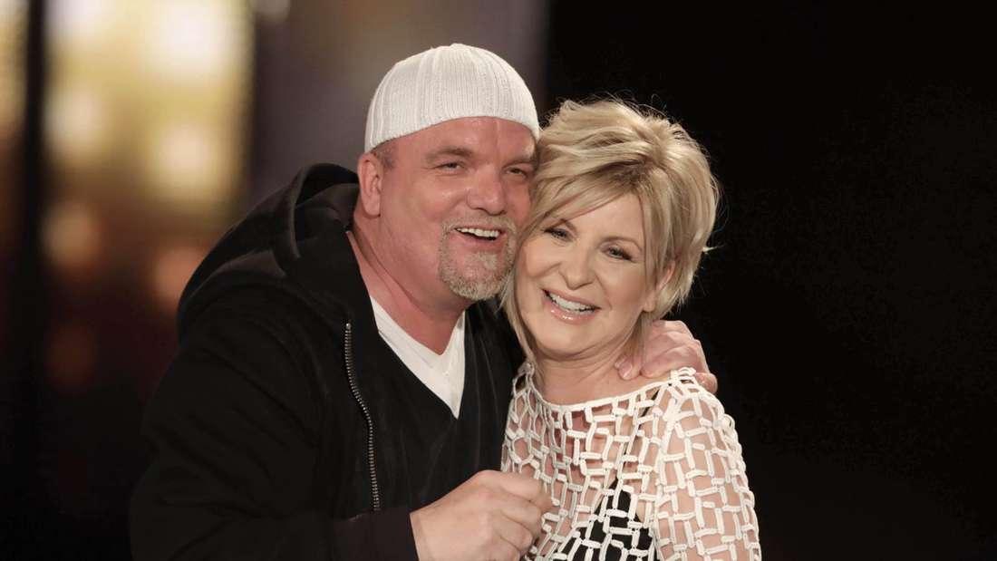Carmen Nebel und DJ Ötzi lächeln und umarmen sich in einer TV-Show