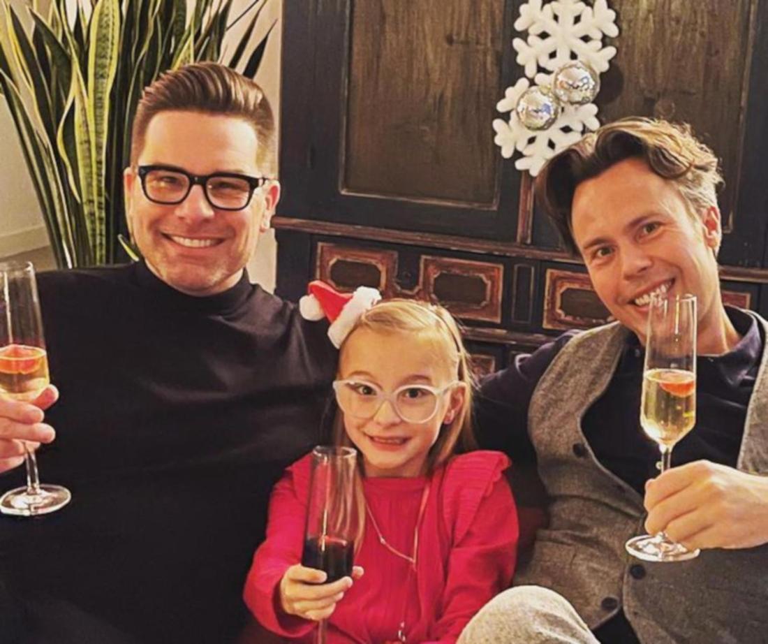 Eloy de Jong, Ibo und Indy sitzen auf einem Sofa und stoßen mit einem Getränk an