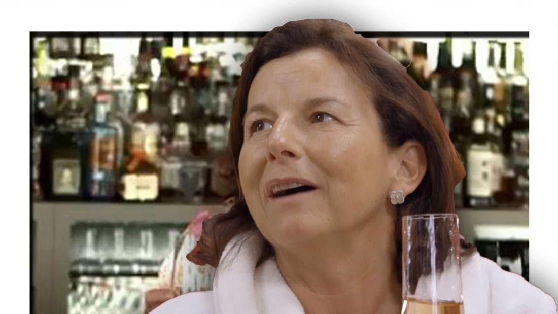 Claudia Obert mit einem Glas Champagner in der Hand (Fotomontage)