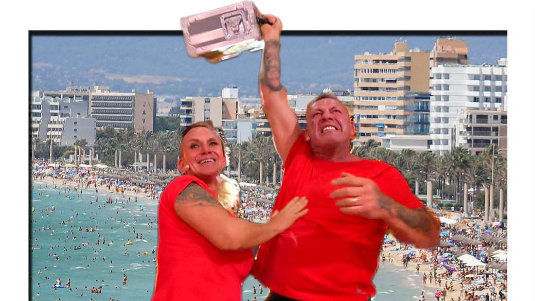 Fotomontage: Caro und Andreas Robens mit einem Geldkoffer vor einem Strand auf Mallorca