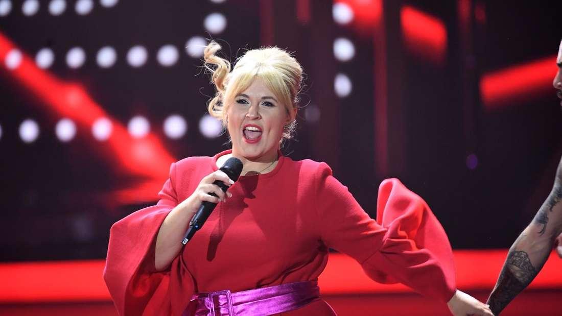Maite Kelly singt und tanzt in der TV-Show von Carmen Nebel
