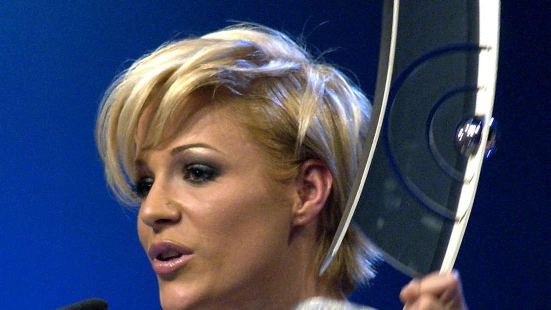 Michelle steht bei der Echo-Verleihung am Rednerpult und spricht ins Mikro.