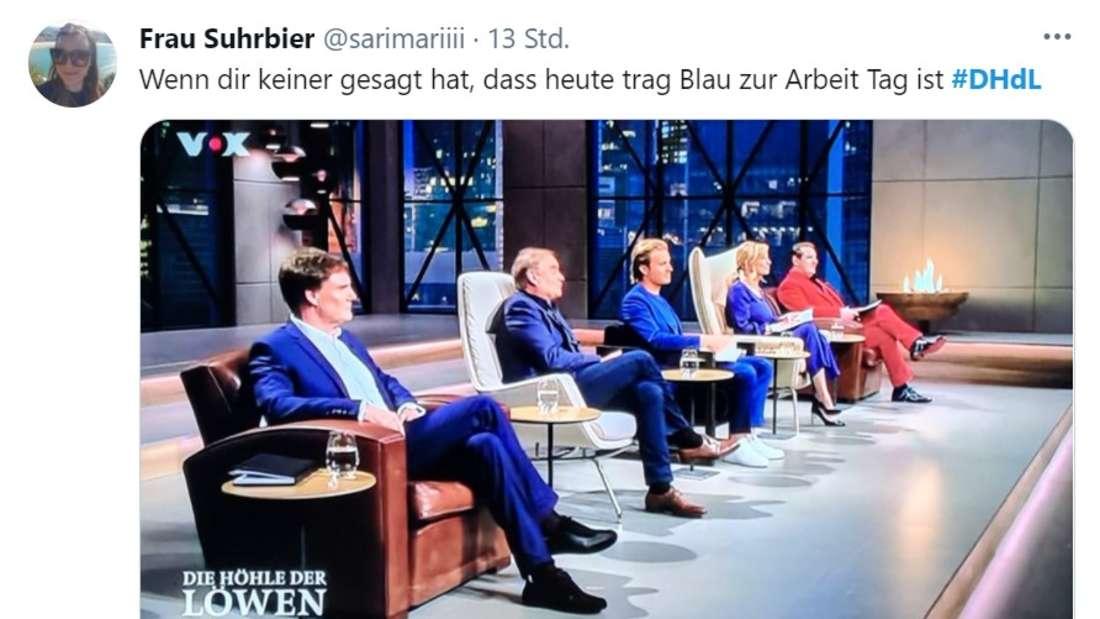 """""""Die Löwen"""" sitzen in einer Reihe - alle Tragen einen blauen Anzug, außer Ralf Dümmel - er trägt rot"""