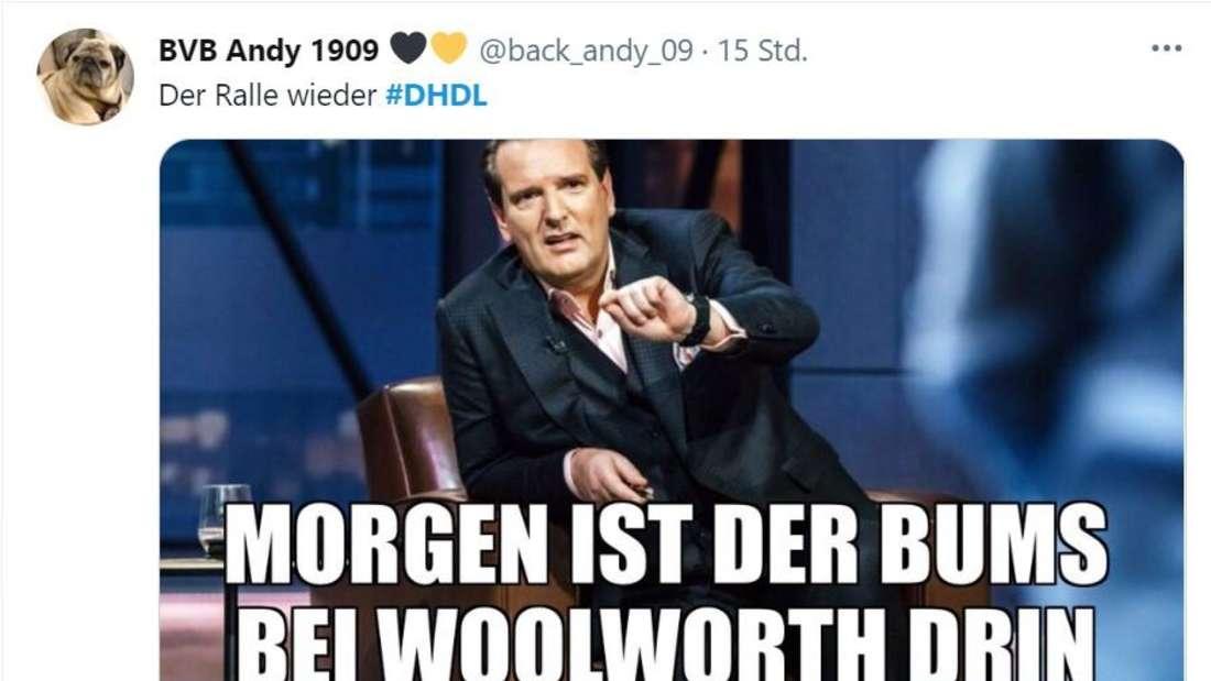 """Ralf Dümmel mit Schriftzug """"Morgen ist der Bums bei Woolworth drin"""""""