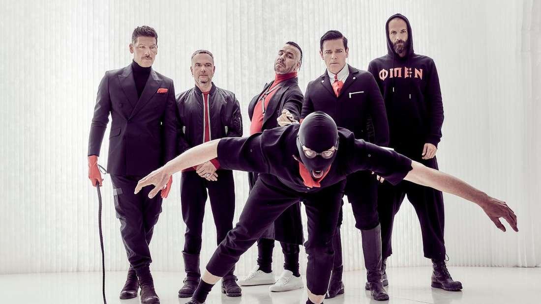 Bandfoto der Berliner Rocker Rammstein, das alle fünf Mitglieder in dunkler Bekleidung zeigt