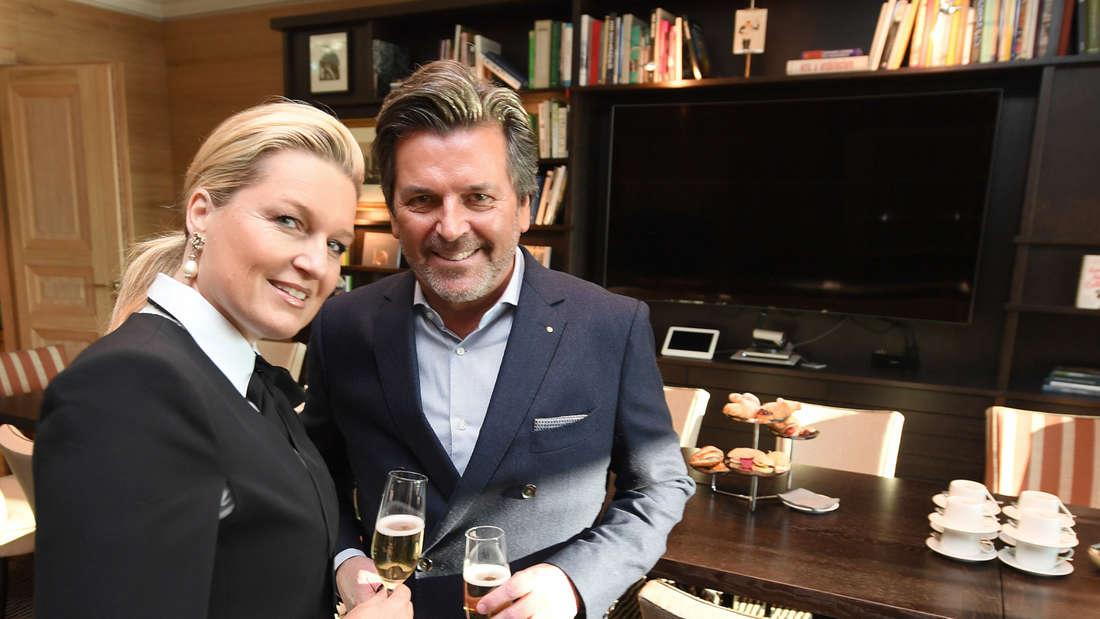 Thomas Anders trinkt mit seiner Frau ein Glas Sekt in einer Lounge vom Frankfurter Flughafen