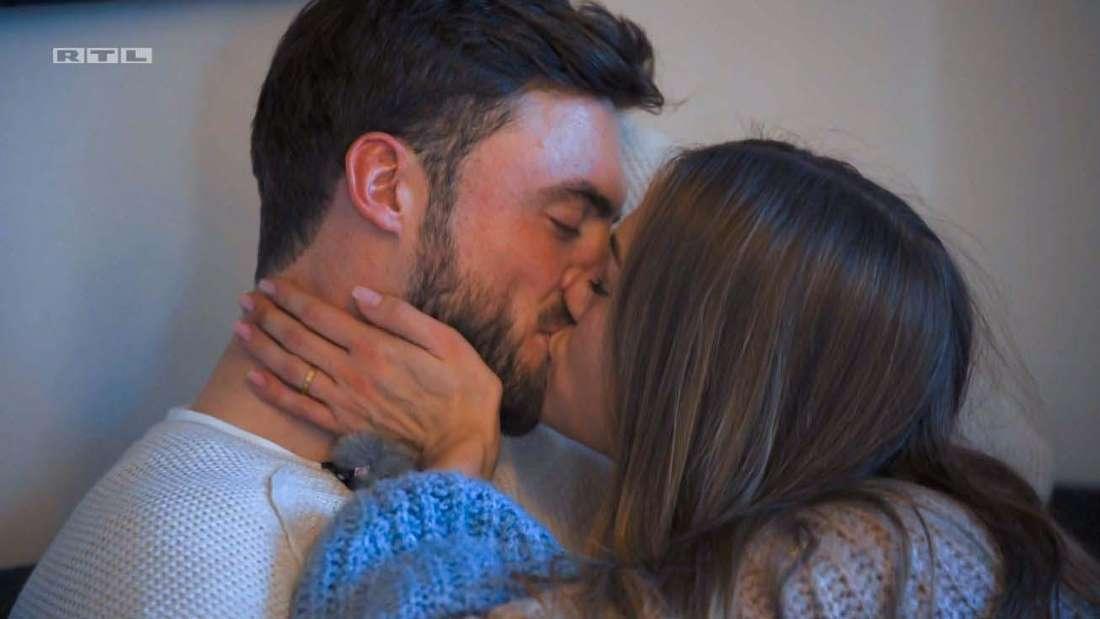 Bachelor Niko Griesert und Kandidatin Mimi Gwozdz küssen sich beim Homedate