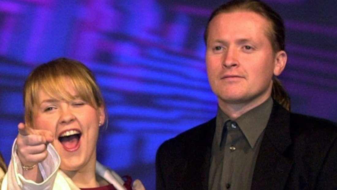 Maite und Joey Kelly stehen zusammen auf der Bühne bei einem älteren Auftritt.
