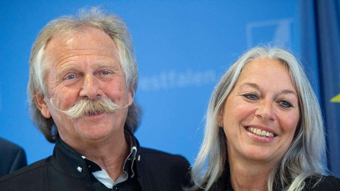 Henning Krautmacher und Anke lächeln zusammen bei der Verleihung des Bundesverdienstkreuzes.