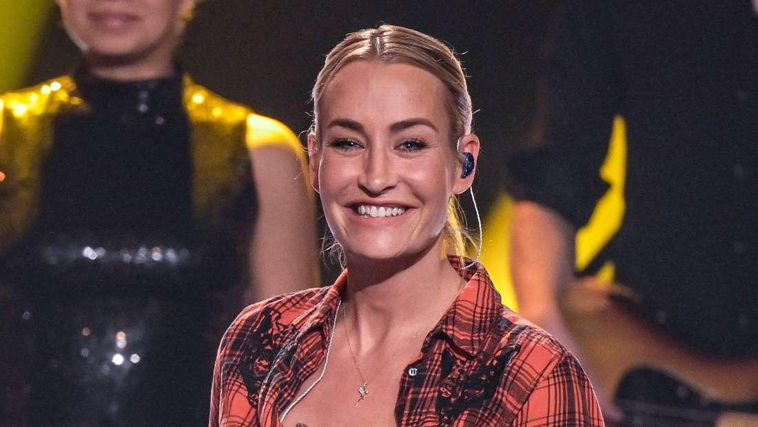 """Popsängerin Sarah Connor lächelt bei der ZDF-Aufzeichnung des Jahresrückblicks """"Menschen 2019"""""""