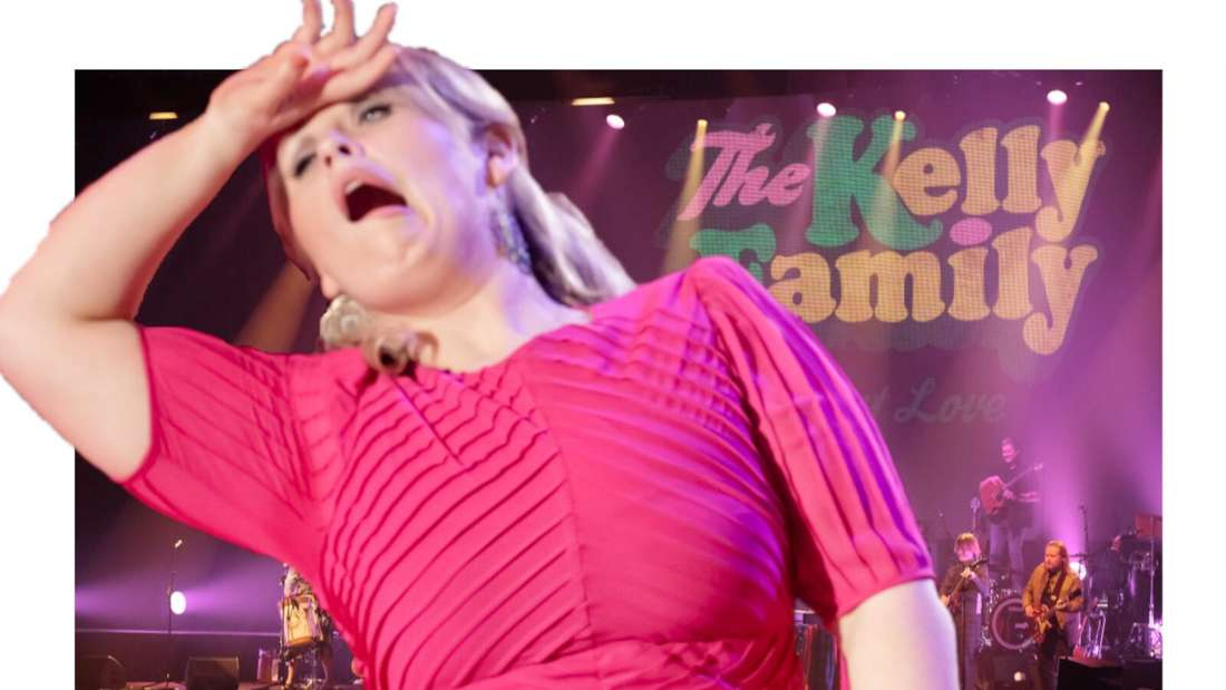 Maite Kelly sieht aus, als würde sie in Ohnmacht fallen wollen, hinter ihr das Logo der Kelly-Family (Fotomontage)