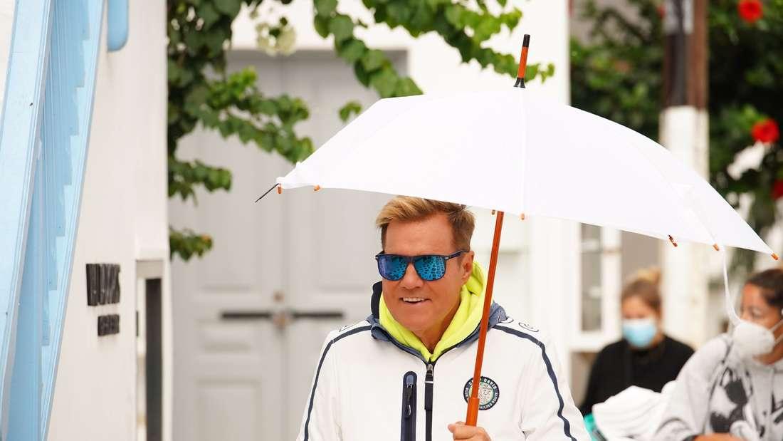 Dieter Bohlen mit Regenschrim auf Mykonos