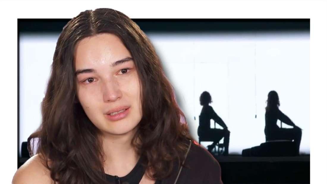 Fotomontage: Alex Mariah im Vordergrund den Tränen nahe, im Hintergrund die Silhouetten der GNTM-Kandidatinnen beim Tanzen