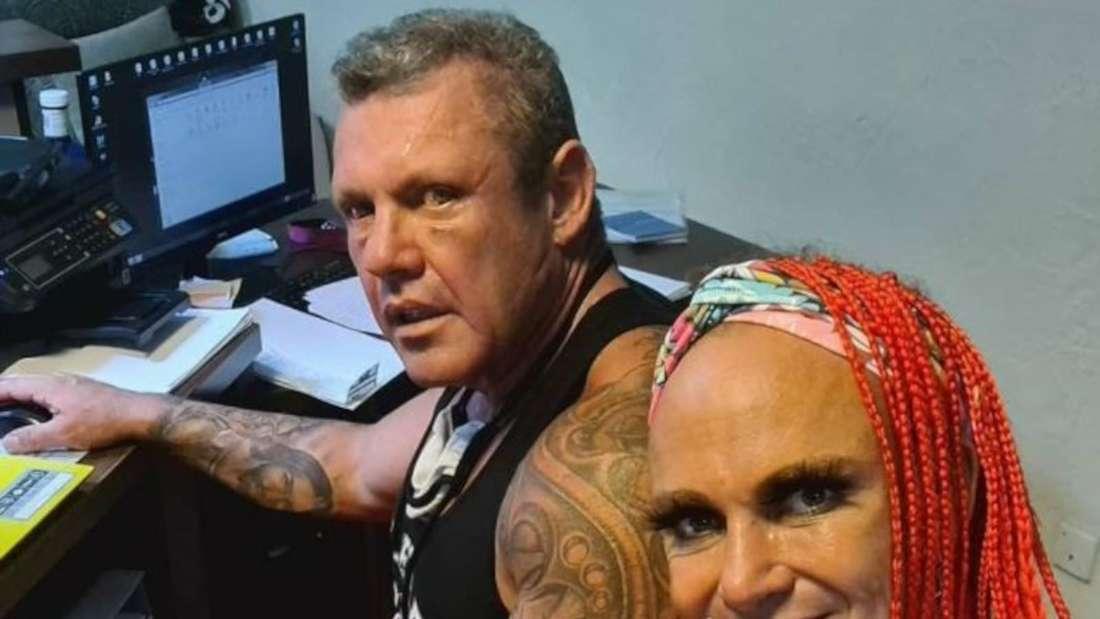 Caro und Andreas Robens machen ein Selfie im Büro bei der Arbeit