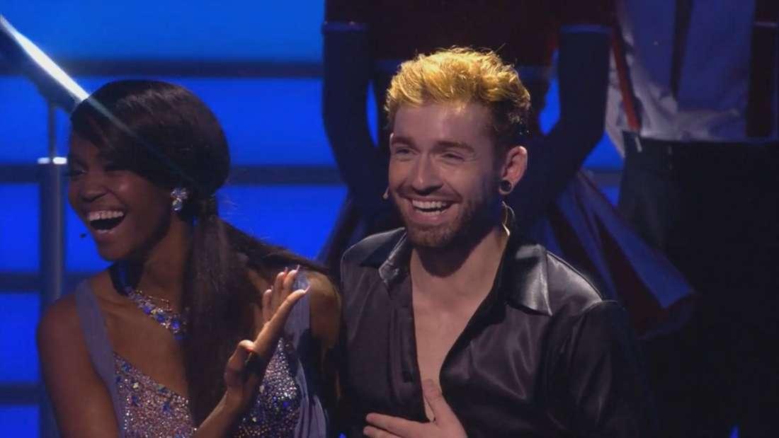 Daniel und Otile lachen in die Kamera und stehen bei Lets Dance auf der Bühne.