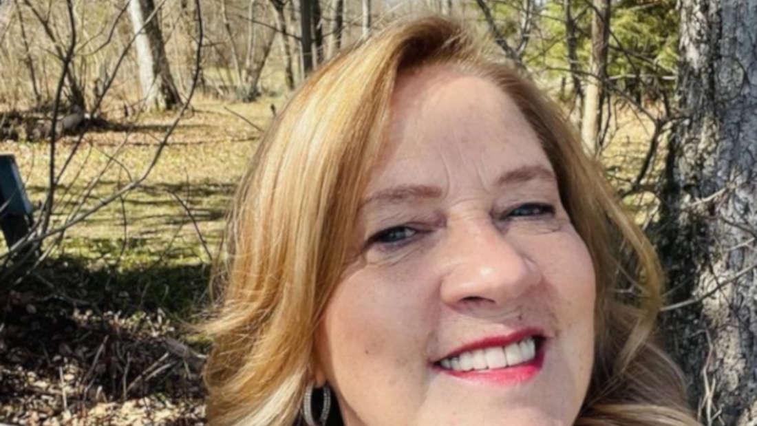 Kathy Kelly macht ein Selfie in der herbstlichen Natur