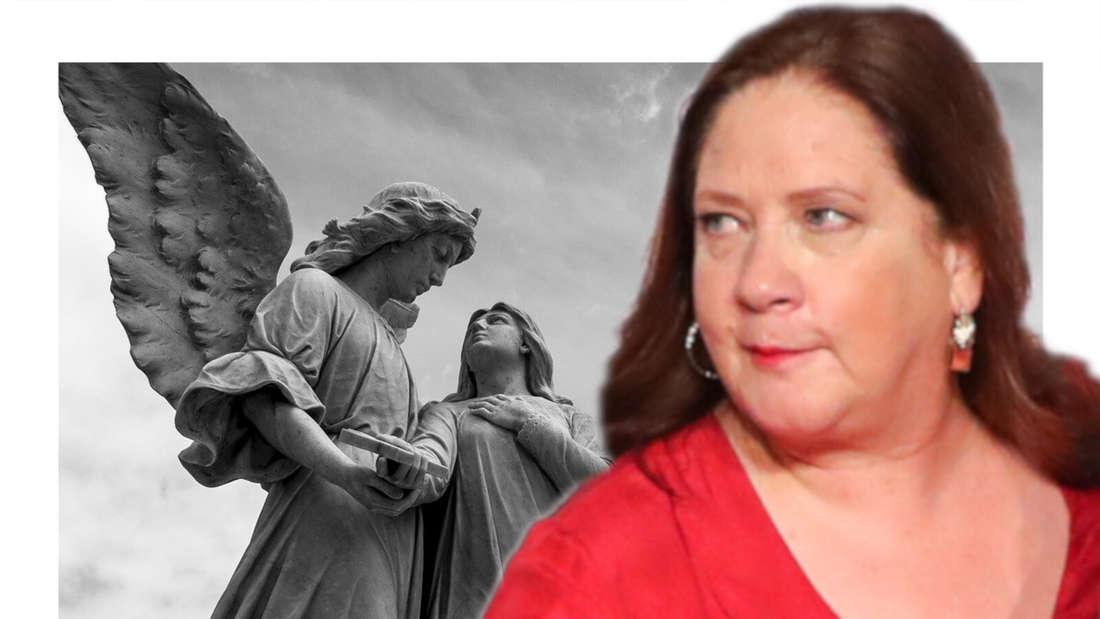 Kathy Kelly schaut auf Engel-Figuren eines Friedhofes (Fotomontage)