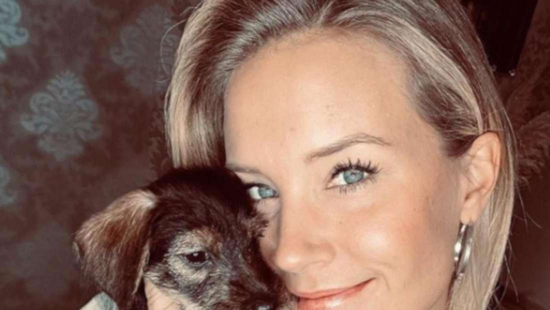 Sonia Liebing kuschelt mit dem Welpen Charly.