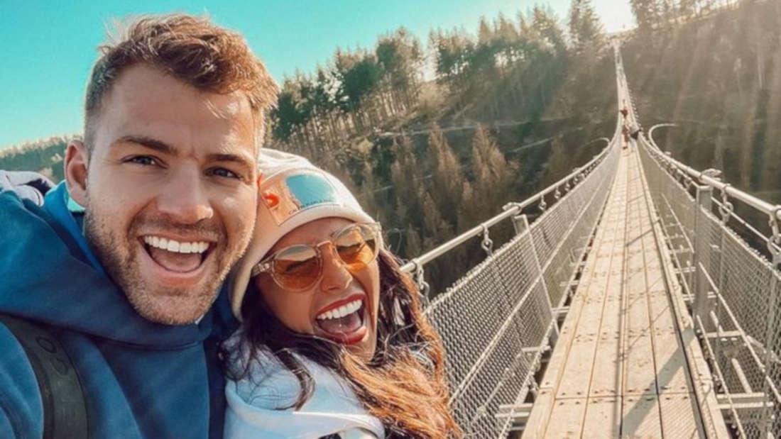 Sarah Lombardi mit Julian Büscher und Alessio auf einer Brücke beim Spaziergang
