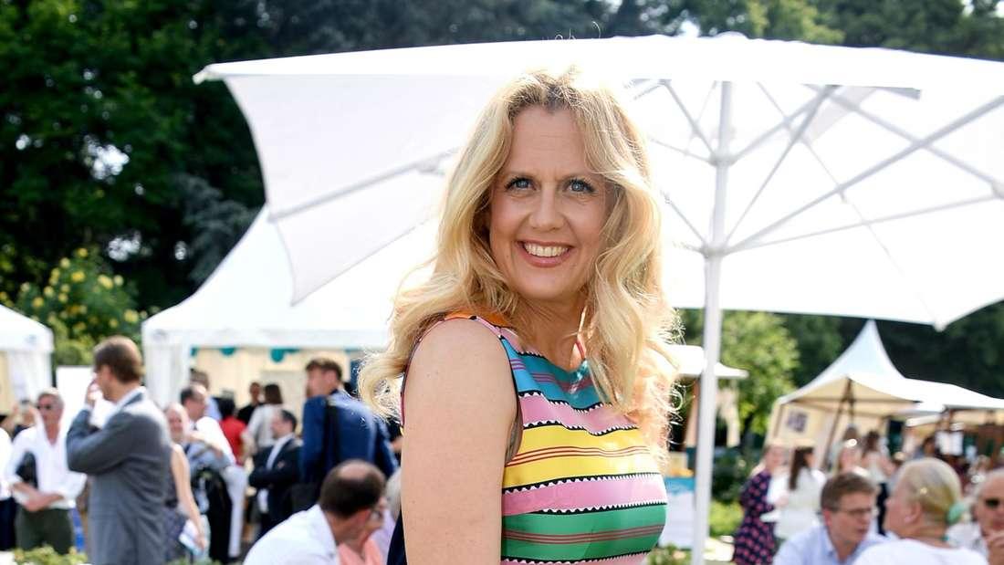 Barbara Schöneberger in einem Sommerkleid bei einem Fest im Sommer
