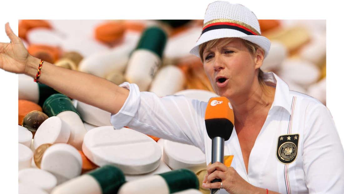 Andrea Kiewel streckt ihren Arm nach rechts und sieht so aus, als wolle sie sich beschweren, im Hintergrund Tabletten und Pillen (Fotomontage)