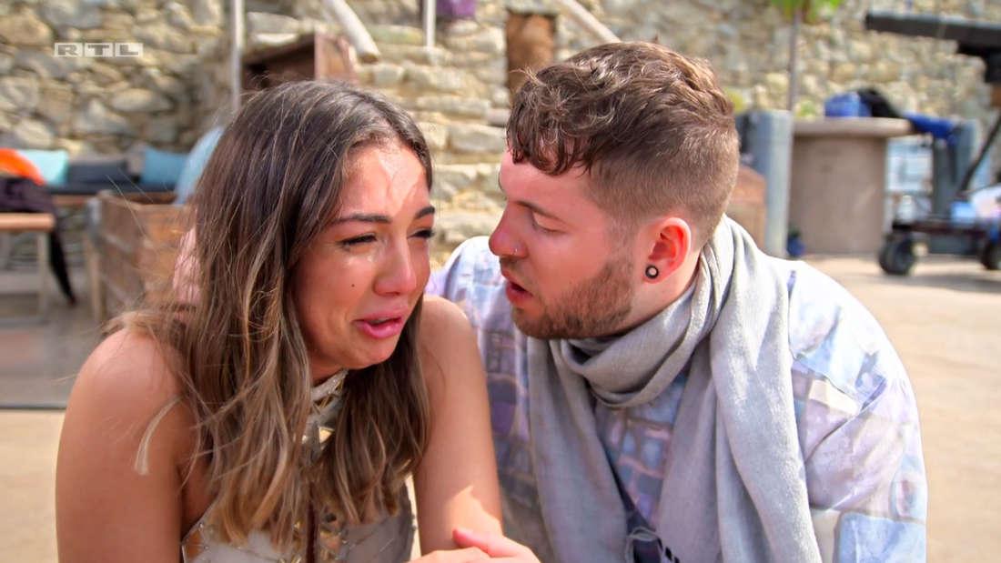 Katharina weint, Marvin versucht sie zu trösten.