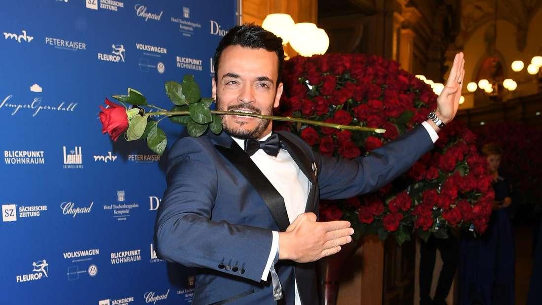 Giovanni Zarrella mit Rose im Mund und in Position eines Tänzers bei einer Gala