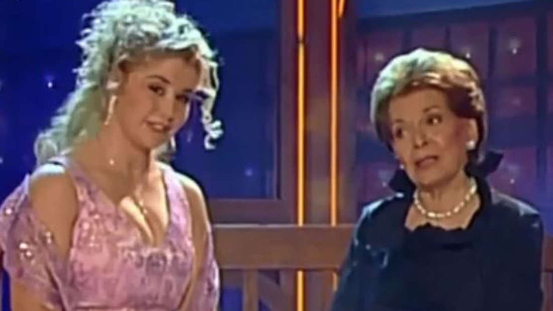 Beatrice Egli mit Lys Assia sitzen auf einer Bank in der Show und singen