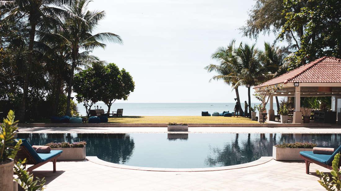 Riesen Pool mit Palmen und Ausblick über das Meer