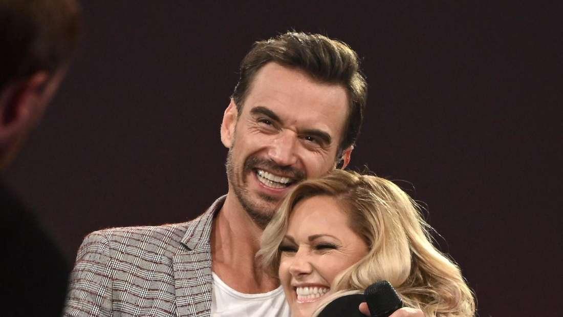 Florian Silbereisen und Helene Fischer umarmen sich auf der TV-Bühne