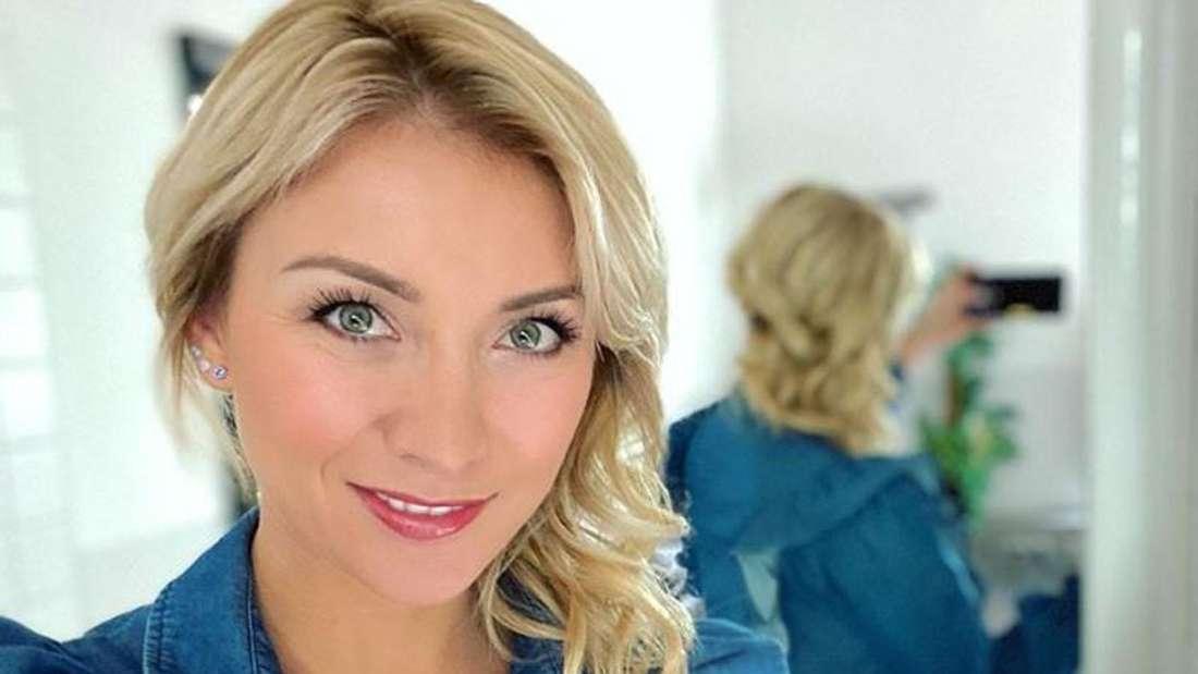 Anna-Carina Woitschack macht ein Selfie vor dem Spiegel