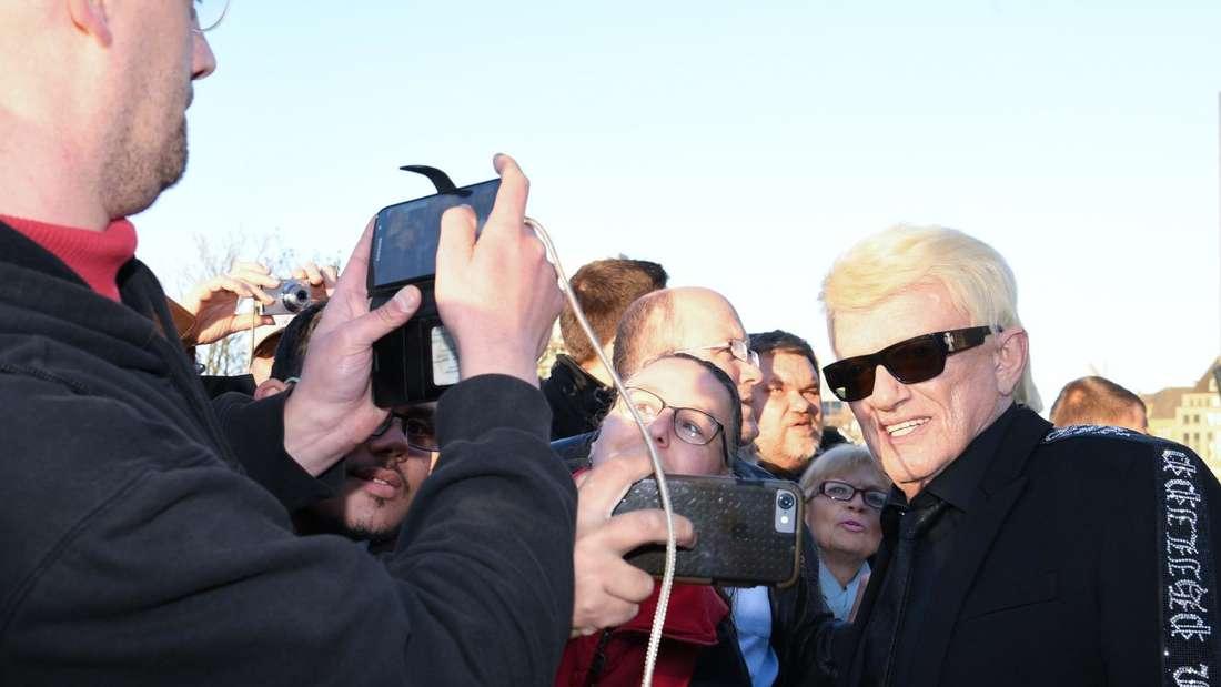 Heino steht nahe bei seinen Fans und lässt sich fotografieren.