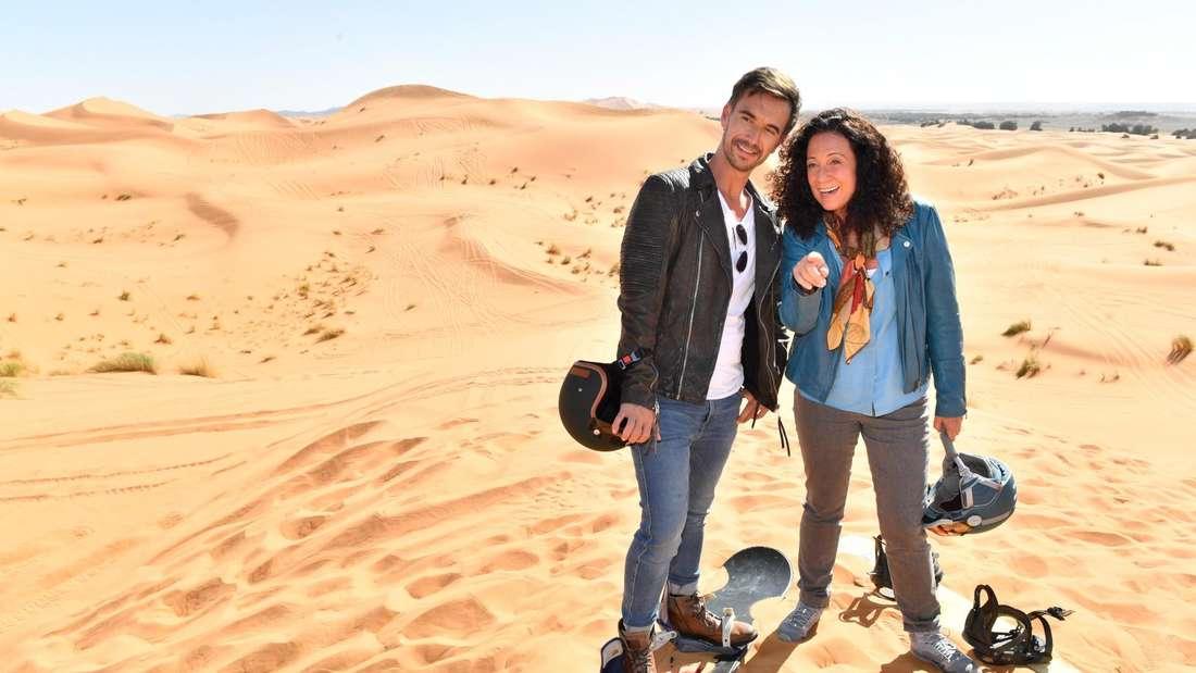 Florian Silbereisen steht in einer Wüste mit Barbara Wussow