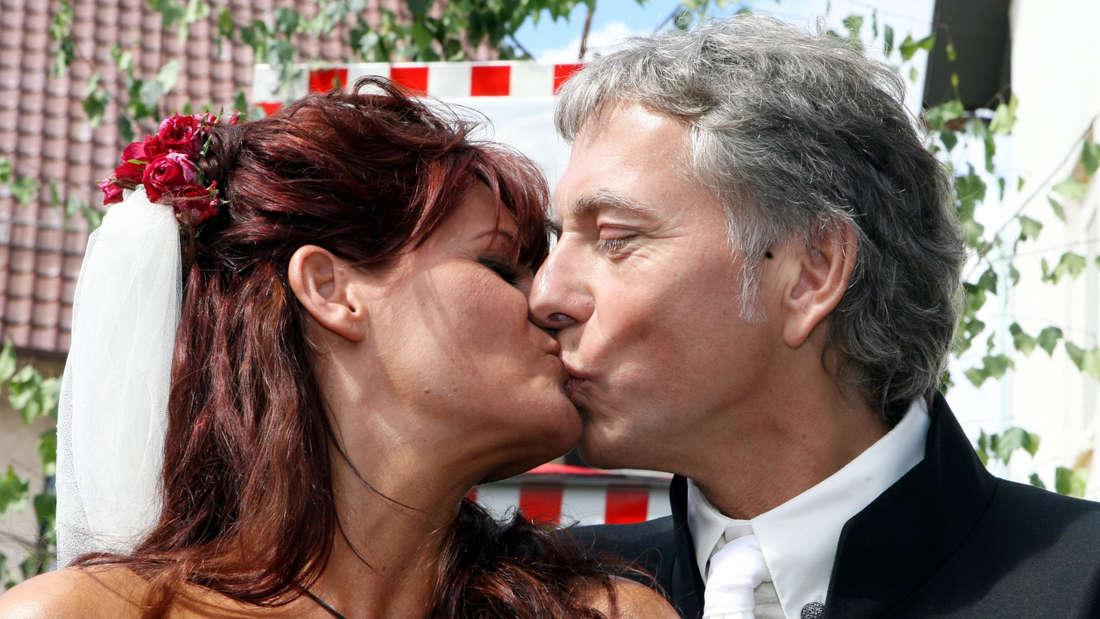 Andrea Berg heiratet Uli Ferber. Das Paar küsst sich bei der Hochzeit.