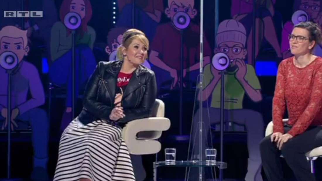 Maite Kelly sitzt neben Kristin in der TV-Show, beide sind durch eine Plexiglasscheibe voneinander getrennt.