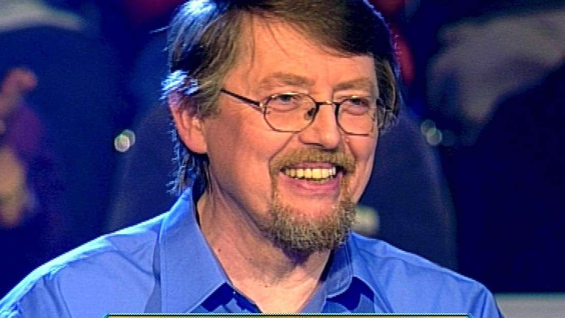 Erster TV-Millionär Eckhard Freise lächelt bei Wer wird Millionär in die Kamera.
