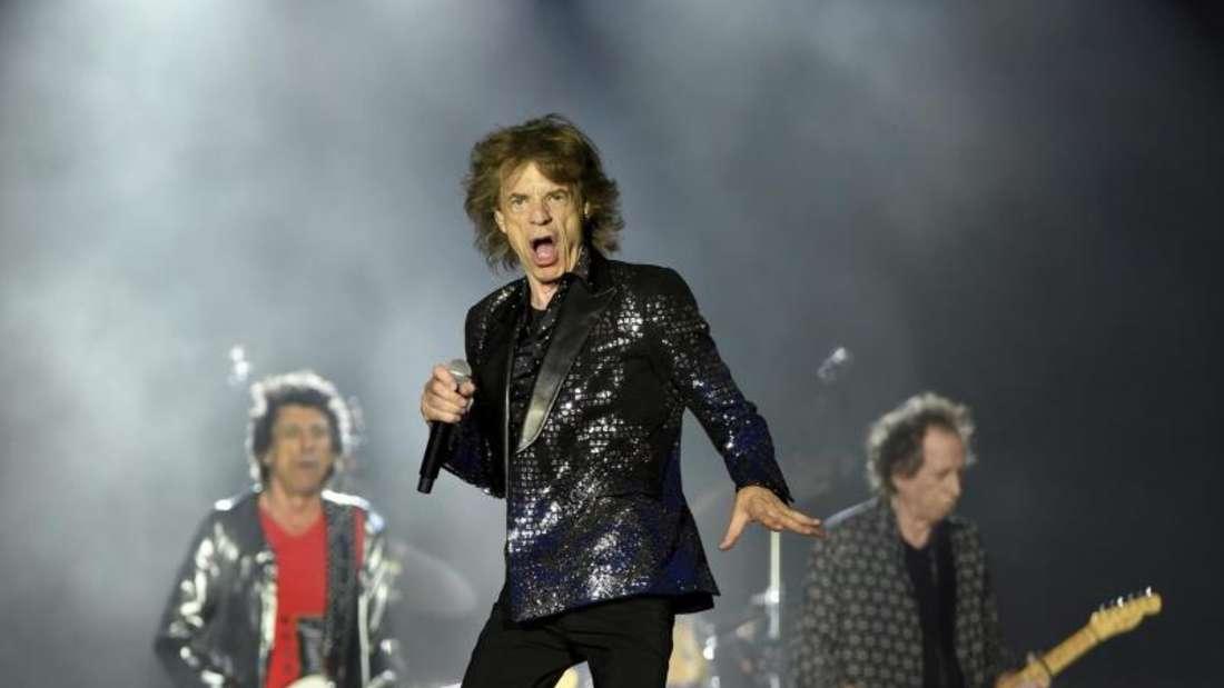 Mick Jagger (m.) flankiert von den Bandkollegen Ronnie Wood (l) und Keith Richard, bei eienm Konzert 2019 in Jacksonville. Foto: Bob Self/The Florida Times-Union/AP/dpa