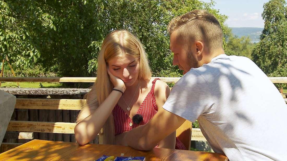 Antonia schmollt, Patrick sitzt neben ihr