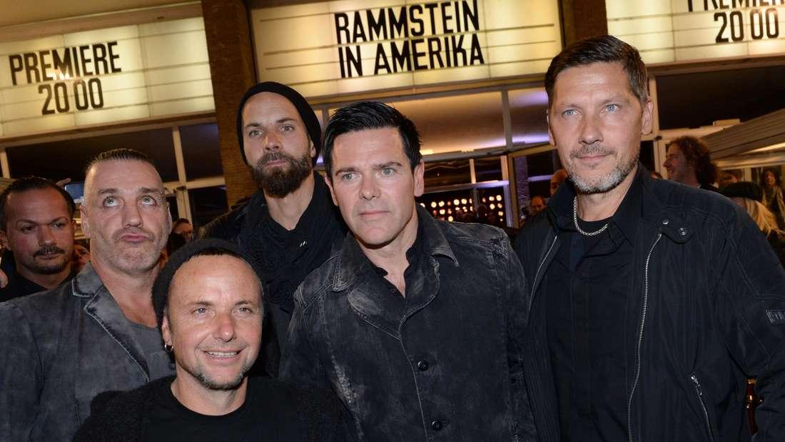 Rammstein vor einem Kino