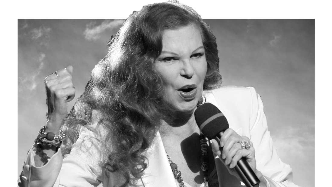 Milva sing auf der Bühne. Bild in schwarz/weiß (Fotomontage)
