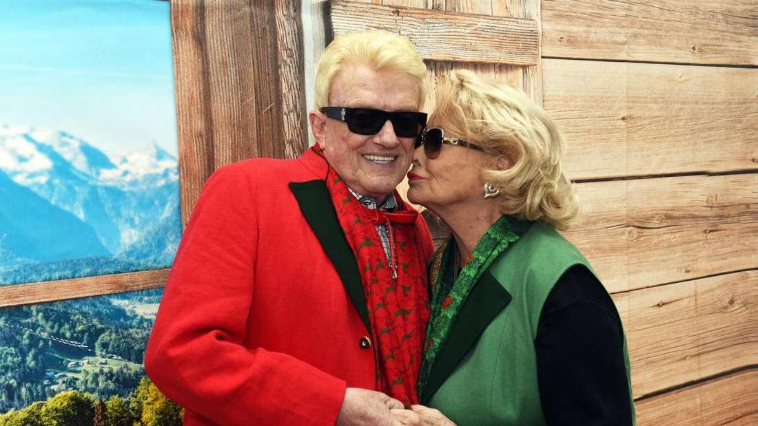 Hannelore gibt Heino einen Kuss auf die Wange