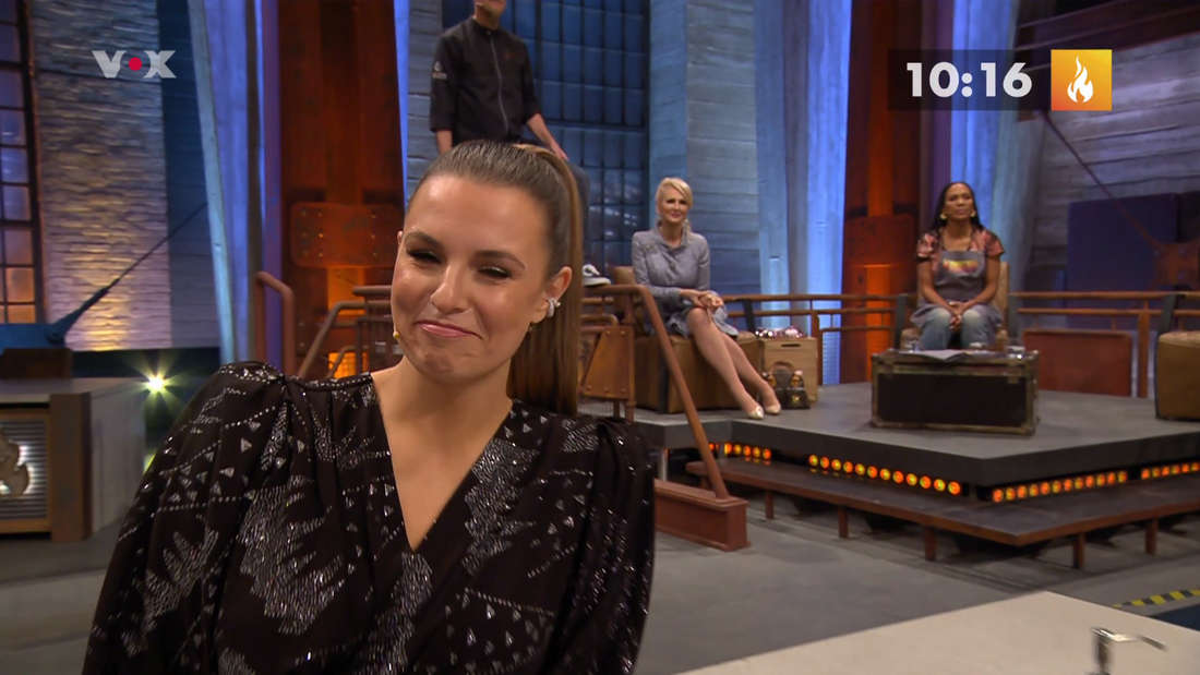 Laura Wontorra lächelt fassungslos