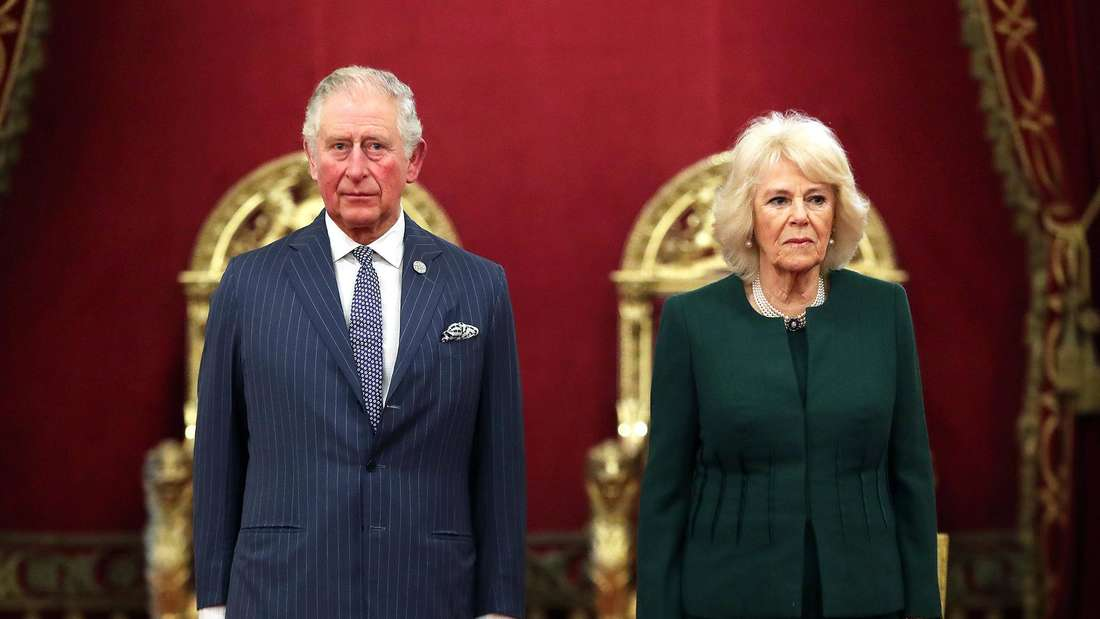 Prinz Charles und Camilla im Buckingham Palace, beide schauen sehr ernst
