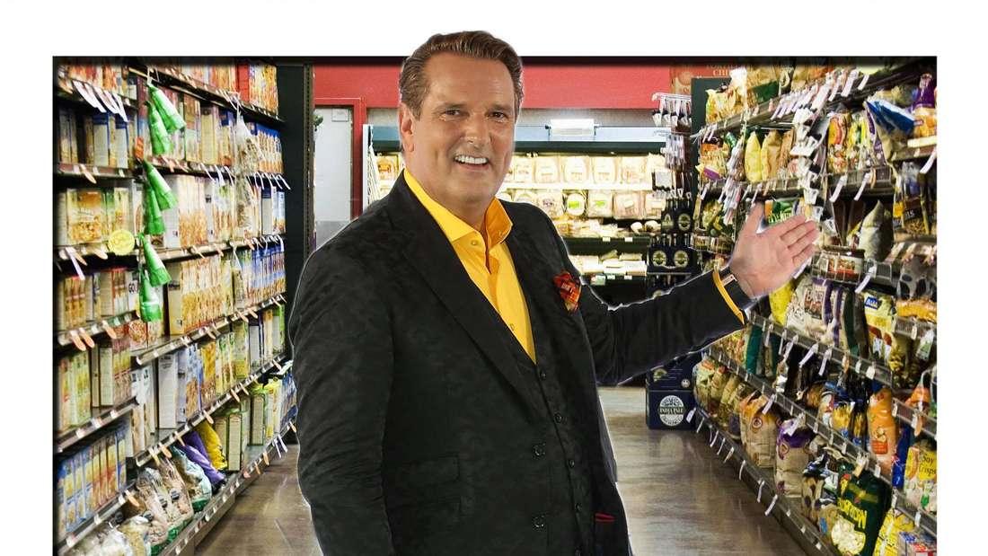 Fotomontage: Ralf Dümmel steht vor Supermarktregal