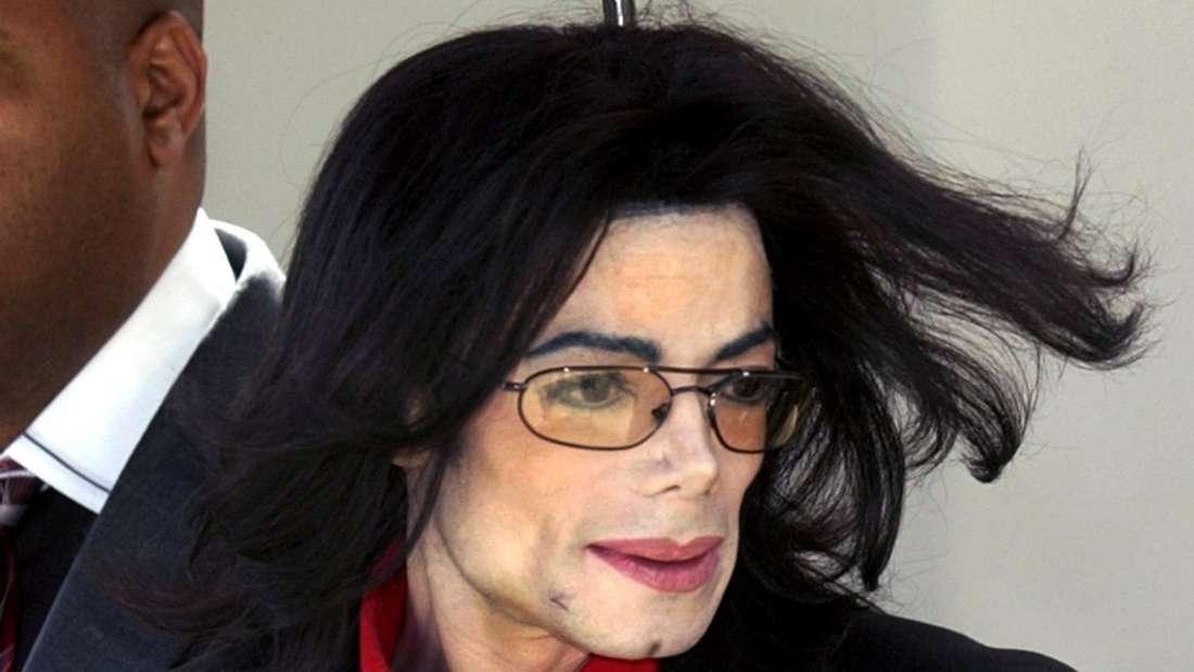 Michael Jackson tritt aus dem Gerichtsgebäude